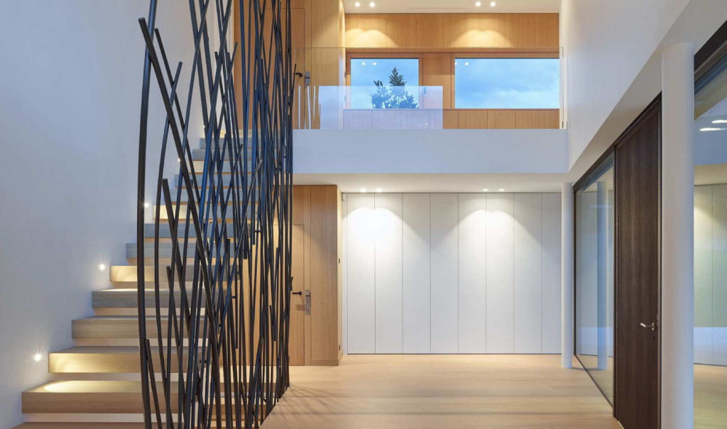 Grand espace sur deux niveaux entièrement habillé en bois (fait par Ebelib')