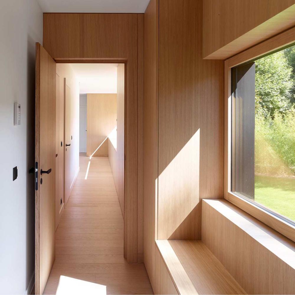 Couloir avec habillage d'un pan de mur en bois (chantier à Montauban)