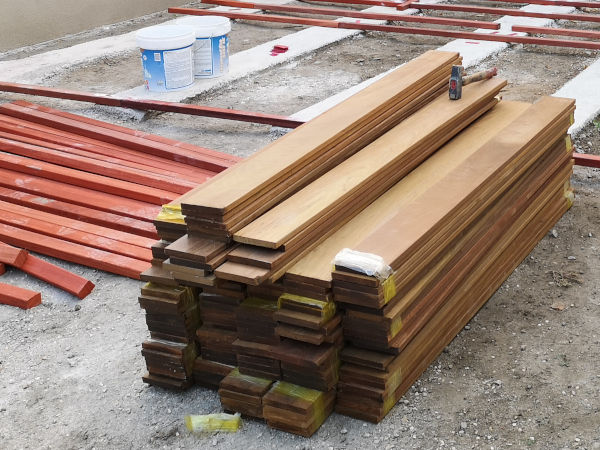 Lambourdes et planches de bois pour construire un platelage extérieur