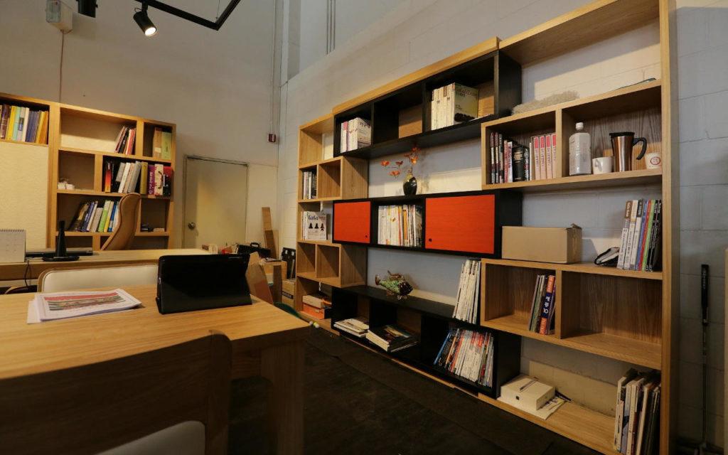 Un bureau avec des étagères bois fabriquées sur-mesure