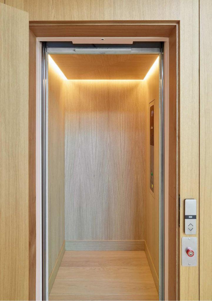 Cabine d'ascenseur recouverte d'un placage en bois (Montauban)