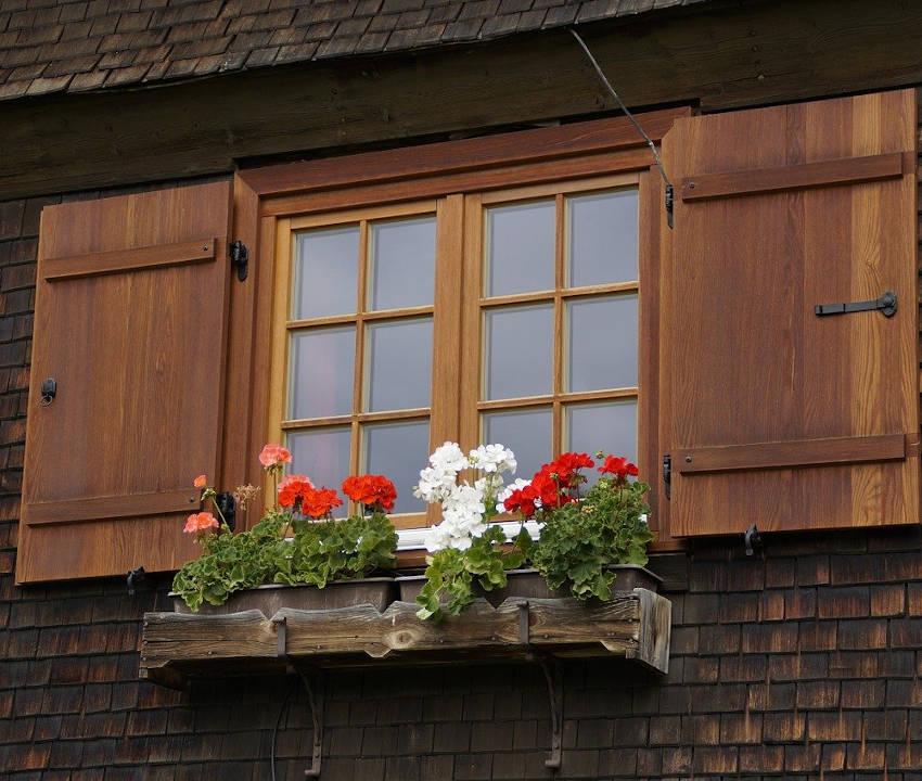 Fenêtre de chalet avec volets tout en bois
