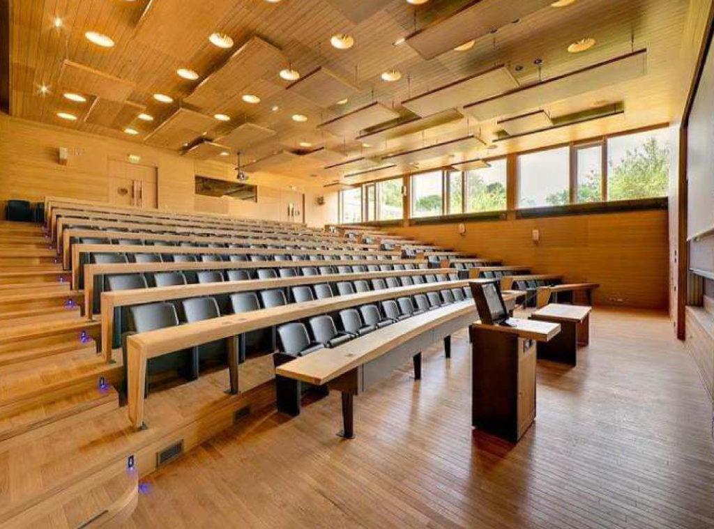 Salle de conférence avec mobilier en bois