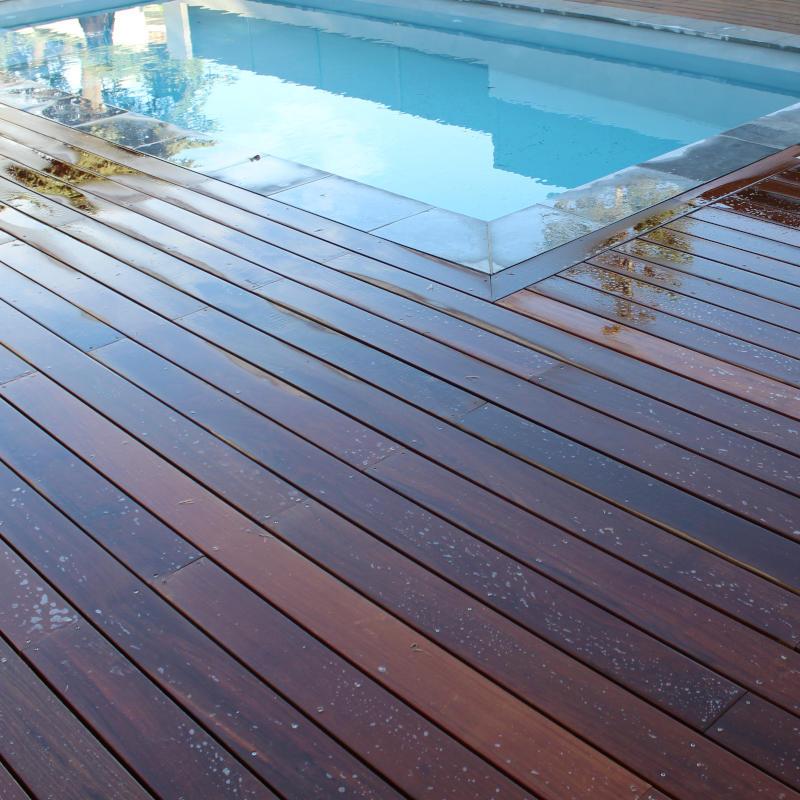 Entourage d'une piscine avec une terrasse en lames d'ipé (à Castelsarrasin)