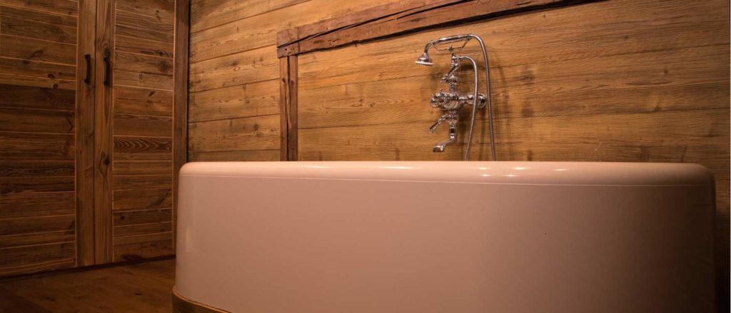 Salle de bain avec entourage en bois