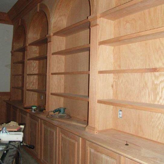Construction d'une bibliothèque fabriquée en bois massif