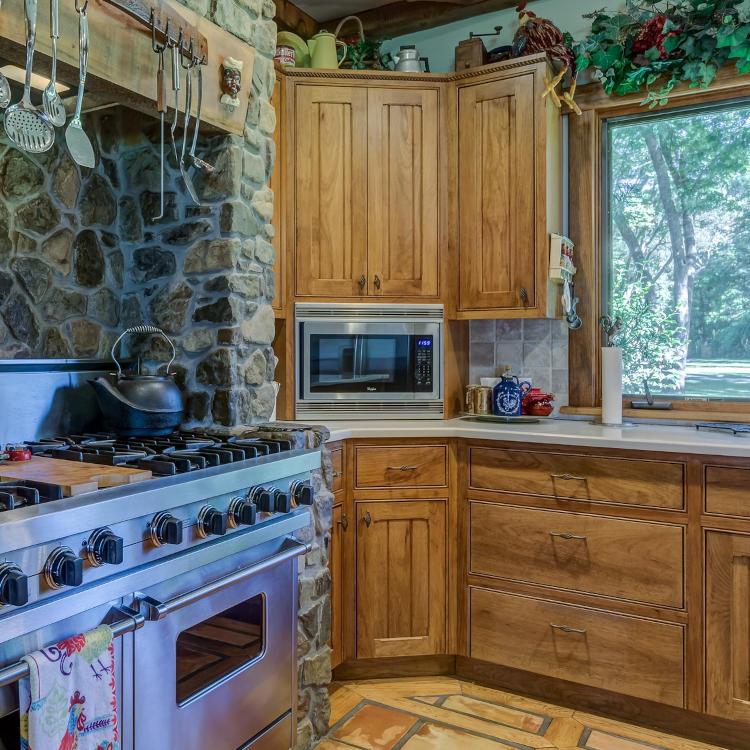 Cuisine aménagée avec meubles en bois