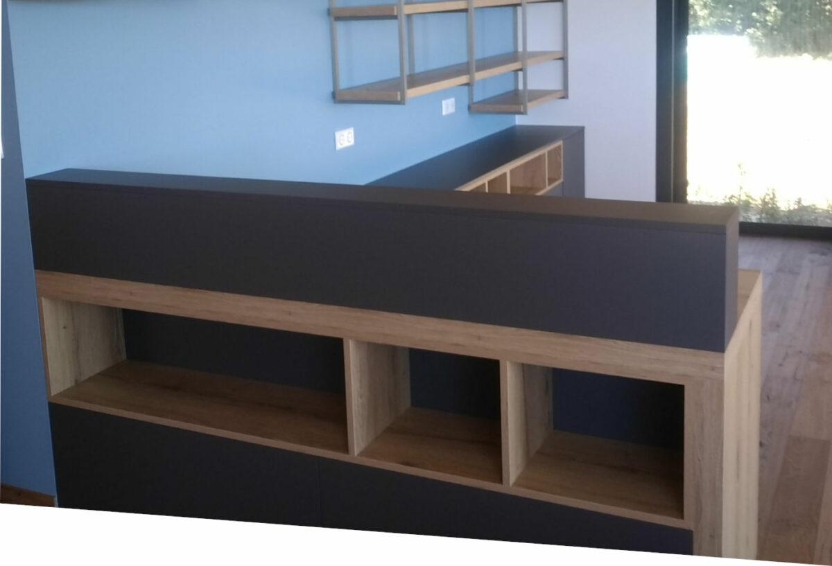 Mur aménagé avec meubles en bois à Caussade