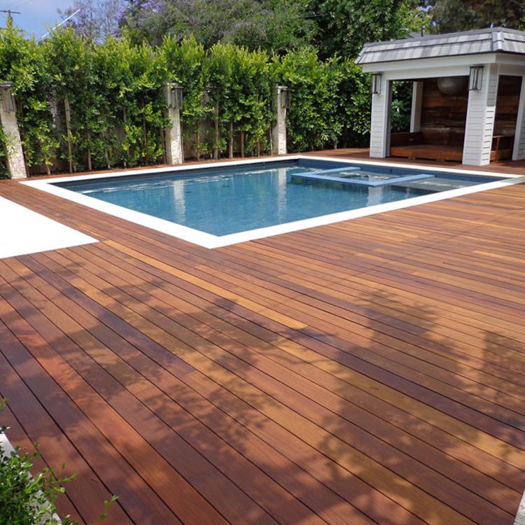 Terrasse posée à l'anglaise avec piscine de maison