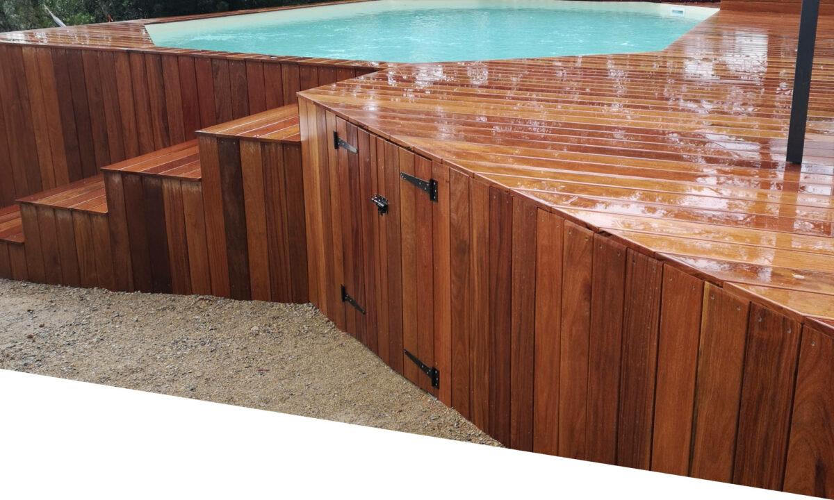 Une terrasse en bois d'ipé avec un escalier et une piscine