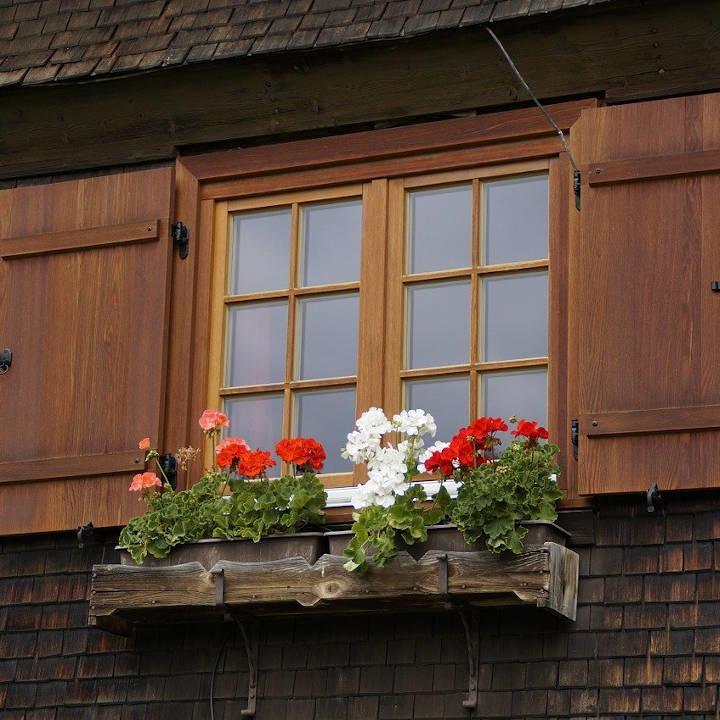 Une fenêtre d'un chalet tout en bois
